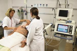 équipe infirmières simulation gestes d'urgence